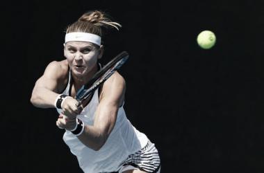 Safarova golpea una bola desde el fondo de pista | Foto: Zimbio