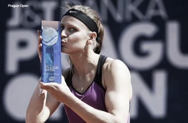 Safarova beija o merecido troféu do WTA de Praga. (Foto: Prague Open/Divulgação)