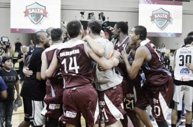 Toda la plantilla goza una trabajada victoria. Foto: Prensa Salta Basket