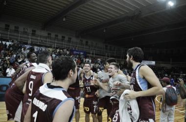 Los jugadores festejan aliviados luego del triunfo. Foto: Prensa Salta Basket