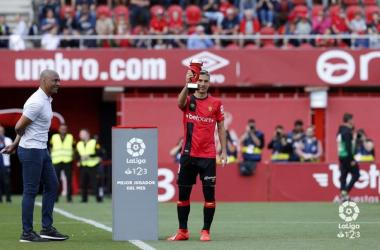 Salva Sevilla, recibiendo un premio durante la pasada campaña. Foto: LaLiga 123