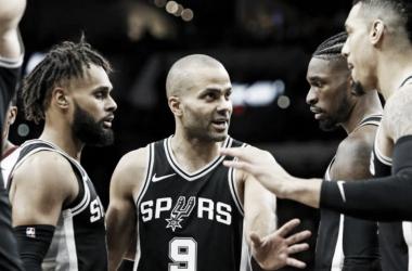 Varios jugadores de los Spurs dialogando en la cancha (Foto: AFP/Roland Cortes)