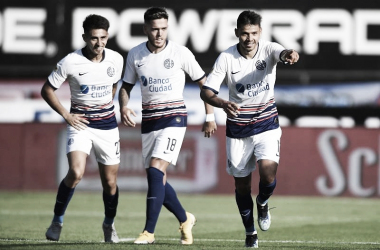 Gabriel Rojas, Franco Troyansky y Ángel Romero, festejando el gol que habría el marcador ante Argentinos Jrs.