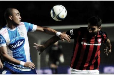 Cauteruccio disputa la pelota. Foto: A Puro Gol