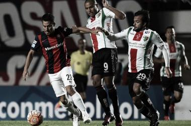 Blanco disputa la pelota entre dos jugadores de Palestino. Foto: Prensa Fútbol