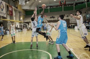 Penetración hacia el aro de Kyle Austin. Foto: gentileza de la Liga Nacional