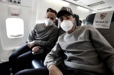 Rakitic y Munir en el vuelo hacia San Sebastián. ! Imagen: sevillafc.es