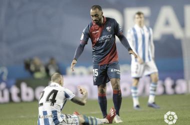 Akapo ayuda a Sandro a levantarse del suelo en el choque del pasado fin de semana en Anoeta (FOTO://LaLiga)