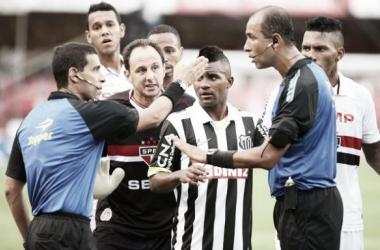 """Gabriel reclama de influência de Ceni na arbitragem: """"Manda no jogo sempre"""""""