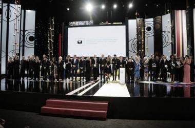 Los premiados se reúnen sobre el escenario. Foto (sin efecto): Festival de San Sebastián