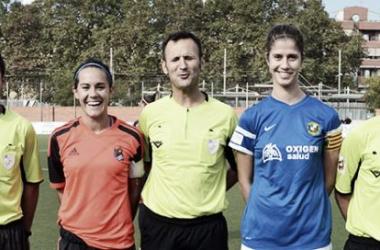 Trio arbitral junto a las capitanas de ambos equipos (Imagen:José Carrera)