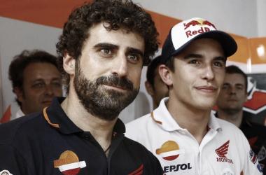 Santi Hernandez junto a Marc Márquez en el Box. Foto: boxrepsol.com