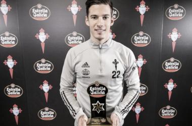 Santi Mina posa con el premio a jugador del mes | Imagen: RC Celta