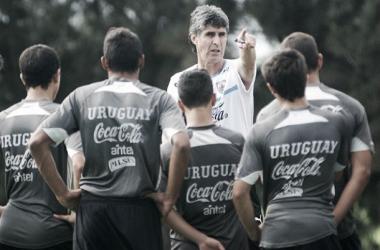 Santiago Ostolaza, técnico de la selección uruguaya sub-17 junto a sus dirigidos // Foto: Tenfield