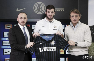 """Davide Santon é apresentado oficialmente na Internazionale e revela: """"Eu queria isso, estou feliz"""""""