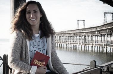 Sara Serrat, portera de la Selección Española, posa con su nuevo libro 'Parando Letras'. Foto: EFE