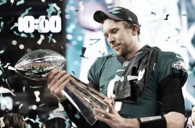 Nick Foles ergue o troféu do Super Bowl LII. Foto: Reprodução/Philadelphia Eagles