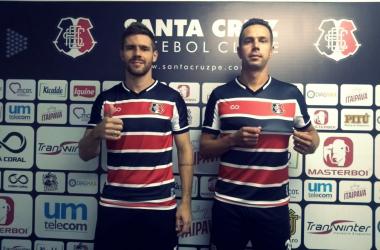 Diego Lorenzi e Bruno Ré mostram felicidade em vestir a camisa do Santa Cruz pela primeira vez. Divulgação de foto: Santa Cruz FC