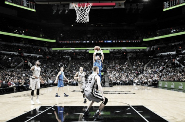 Seth Curry, 24 punti e 10 rimbalzi contro gli Spurs.© 2017 NBA Media Ventures, LLC