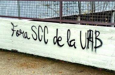 Pintada 'Fuera SCC de la UAB'. | Foto:e-noticies