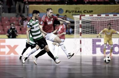 Pugna por el cuero de dos jugadores I Foto: UEFA
