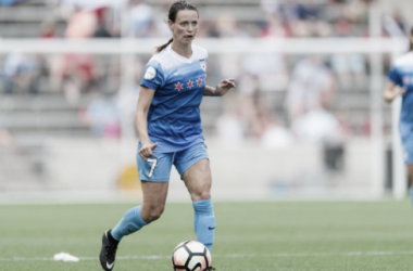 Chicago's Taylor Comeau looks for a teammate | Source: chicagoredstars.com