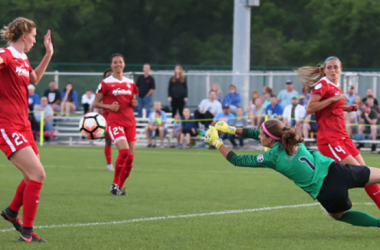 Stephanie Labbé makes a diving save earlier this season | Photo credit: Icon Sportswire