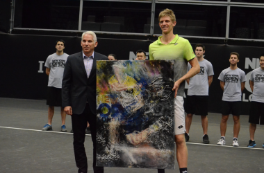 Anderson standing with his painting (Noel Alberto/VAVEL USA)
