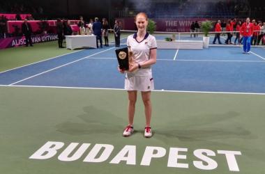 Alison Van Uytvanck with her title (Tenis_Break Twitter)