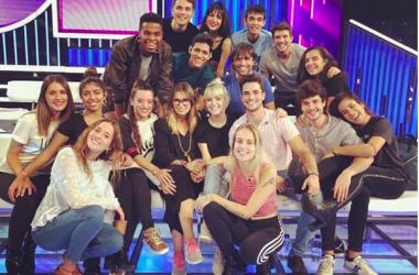 Los 16 concursantes de OT 2018, Noemí Galera y Manu Guix en el plató. [Foto: Instagram Noemí Galera @noegalera]