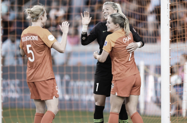 Houston Dash goalkeeper Jane Campbell embraces Kealia Ohai and Clare Polkinghorne after the match. (Photo: nwslsoccer.com)