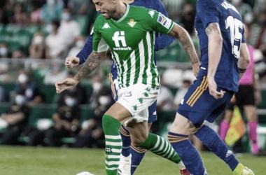Camarasa conduce el balón ante Asensio y Valverde en el Real Betis - Real Madrid. Foto:@vicama8