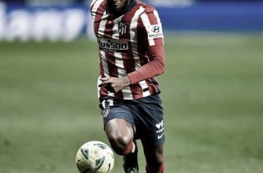 Thomas Lemar tuvo que ser reemplazado en el último duelo ante el Barcelona./Twitter: Atlético de Madrid oficial