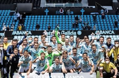 Los jugadores y el staff técnico del Celta B celebrando su pase a los playoffs / Foto: RC Celta