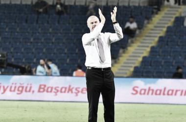 Sean Dyche sai satisfeito com empate do Burnley pela Liga Europa