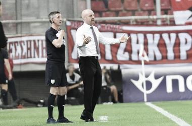 """Sean Dyche ironiza decisões do árbitro na derrota do Burnley: """"Circunstâncias interessantes"""""""