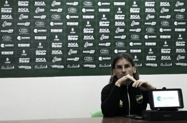 Sebastián Beccacece escucha la pregunta de un periodista. Foto: Club Defensa y Justicia.