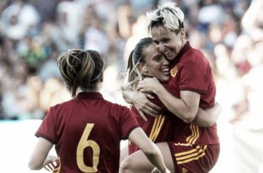 Marta Corredera celebrando un gol de la Selección con Virginia Torrecilla / Foto: Agencia EFE