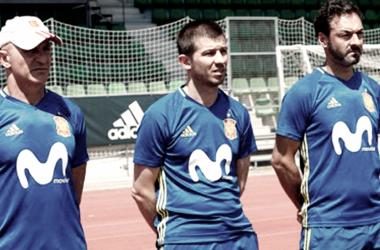 Los técnicos de la selección española Sub-18 en un entrenamiento. / Fuente: Sefutbol.