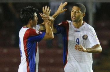 Fotografía: AFP. Álvaro Saborío festejando el gol del descuento con Cristopher Meneses
