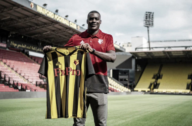 Ken Sema posa con la camiseta del Watford | Fotografía: Watford