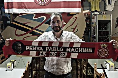 Pablo Machín posa con la bufanda de la peña que lleva su nombre. | Foto: Girona FC