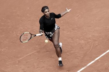 Serena Williams en acción durante su partido de hoy en Roland Garros. Foto: gettyimages.es