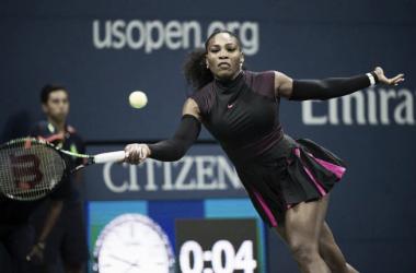 Serena joga bem e vence Makarova na estreia em Nova York