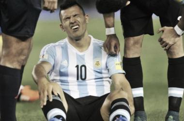 El gesto de dolor lo dice todo, Agüero se desgarró a los 20 minutos del choque ante Ecuador. Foto: Argnoticias.