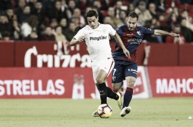 Ben Yedder conduciendo el balón dejando atrás a Ferreiro | Foto: La Liga