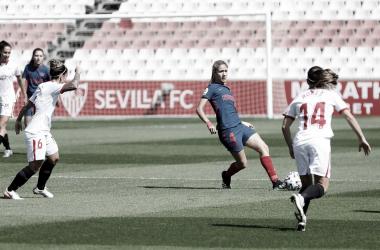 Jugadoras del Atlético de Madrid y del Sevilla durante el encuentro del domingo. / Imagen: Twitter @Atletifemenino.