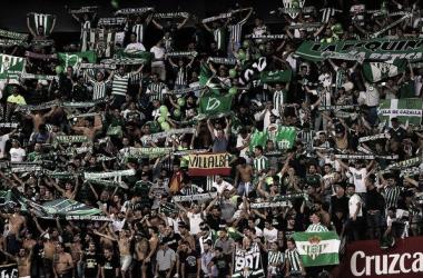 Aficionados del Betis en el encuentro que enfrentó a Sevilla y Betis en el Sánchez Pizjuán la pasada temporada.Fuente: AFP