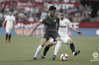 Mikel Merino intenta eludir a un rival del Sevilla en la jornada 27 de la temporada pasada // FOTO: LaLiga.es