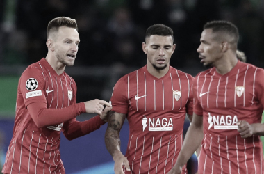 Rakitic tras anotar gol habla con Diego Carlos. -ABC Sevilla